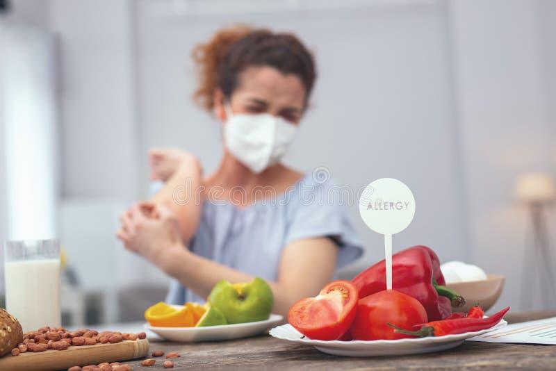 Jong meisje die beschermen tegen het inhaleren van allergenen stock afbeeldingen