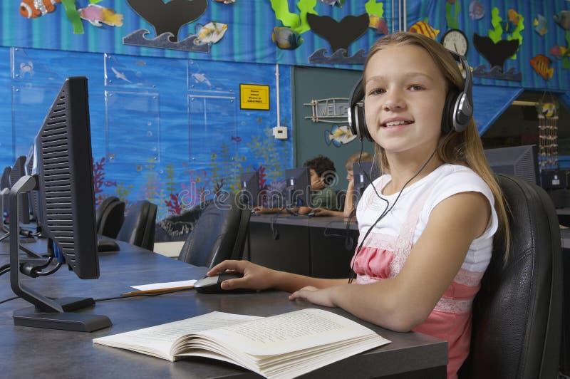 Jong Meisje die Computer in Laboratorium met behulp van royalty-vrije stock foto
