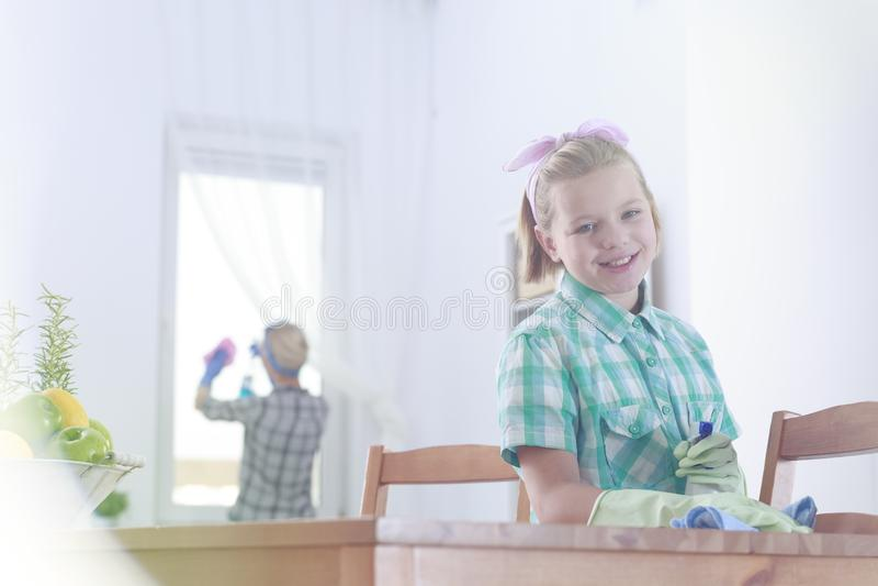 Jong meisje die de lijst schoonmaken royalty-vrije stock afbeeldingen