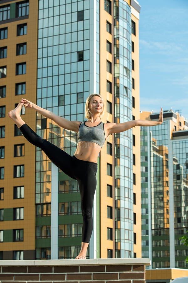 Jong meisje die de uit-van-deurenschot doen van yogaoefeningen stock foto