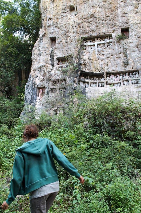 Jong meisje die in de wildernis lopen om funerary tau tau te bezoeken effig royalty-vrije stock afbeeldingen