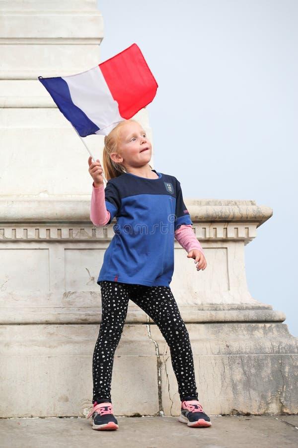 Jong meisje die de winst van de titel 2018 van de voetbalwereldbeker voor het Franse team vieren royalty-vrije stock foto's