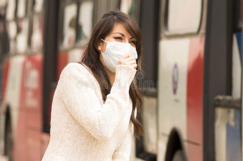 Jong meisje die dragend een masker in de stad lopen stock afbeeldingen
