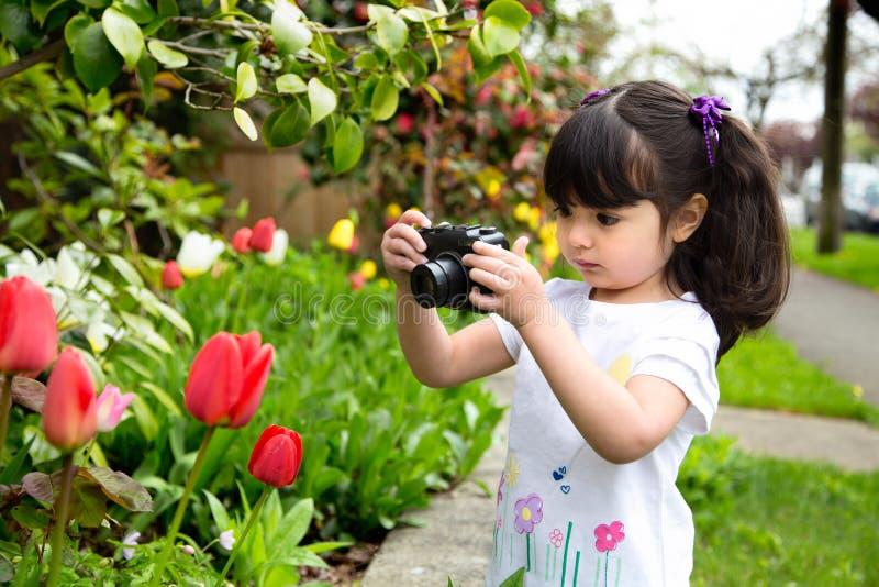 Jong meisje die een beeld van tulpen nemen royalty-vrije stock afbeelding