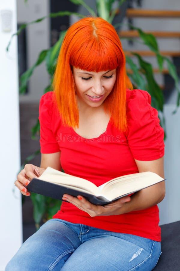 Jong meisje die een boek thuis lezen royalty-vrije stock foto's
