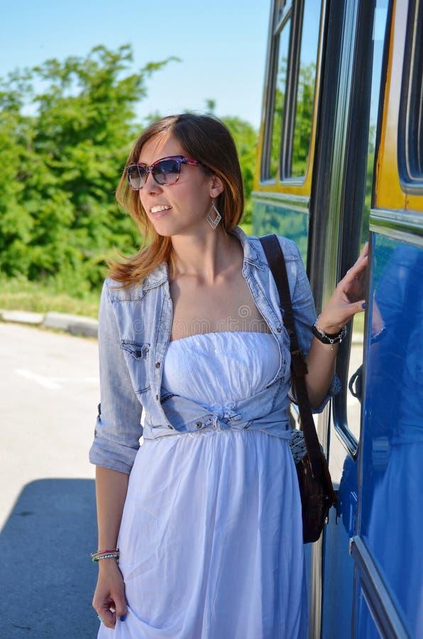 Jong meisje die een bus ingaan royalty-vrije stock afbeelding