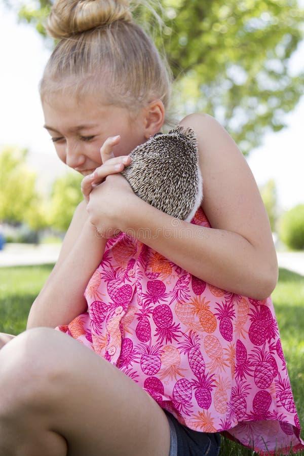 Jong meisje die een huisdierenegel buiten houden stock afbeelding