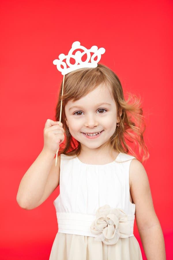 Jong meisje die een kroon en een witte kleding dragen royalty-vrije stock foto