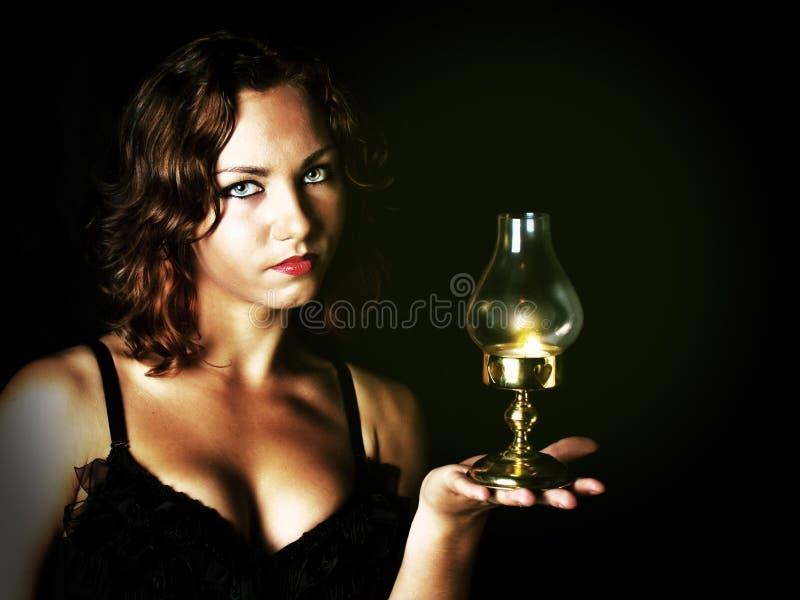 Jong meisje die een retro lantaarn houden royalty-vrije stock fotografie