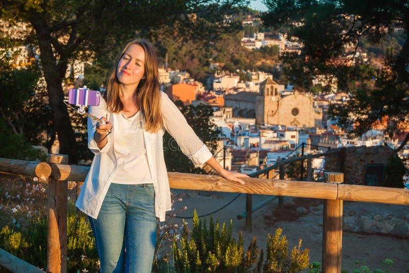 Jong meisje die een selfie met een stok nemen Tossa de Mar, Catalonië royalty-vrije stock foto