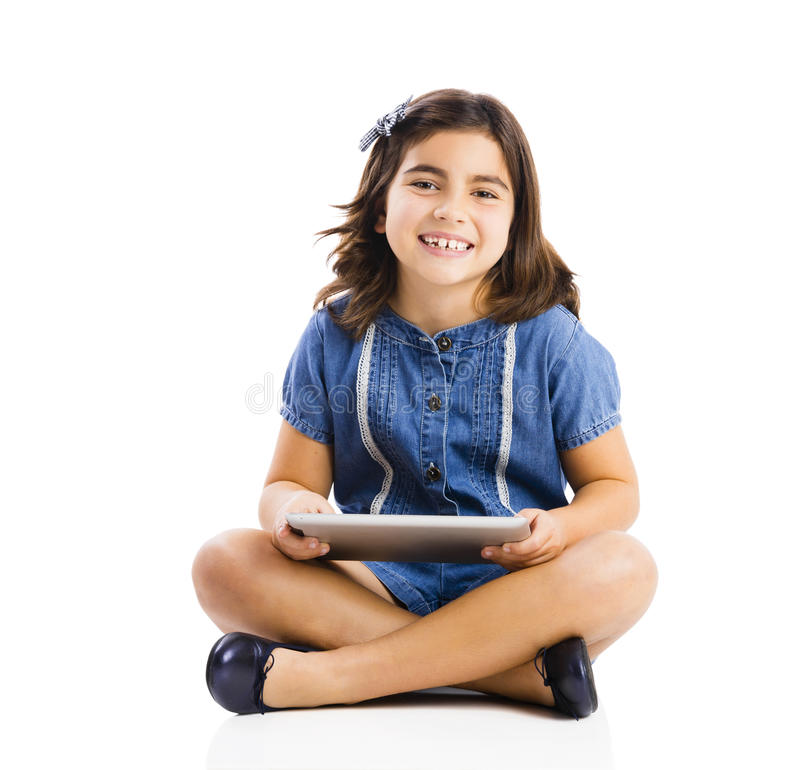 Jong meisje die een tablet gebruiken stock foto's
