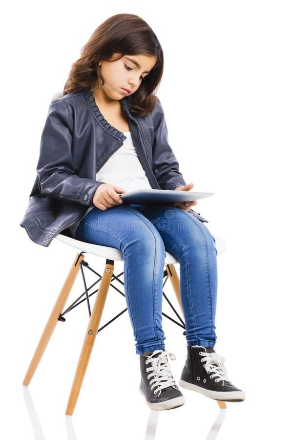 Jong meisje die een tablet gebruiken royalty-vrije stock afbeelding