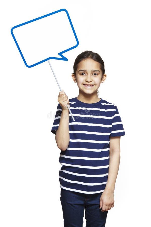 Jong meisje die het teken van de toespraakbel het glimlachen houden royalty-vrije stock afbeeldingen
