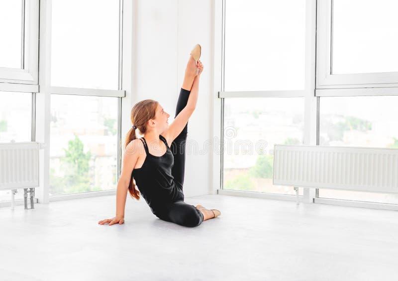 Jong meisje die flexibiliteit tonen stock foto's