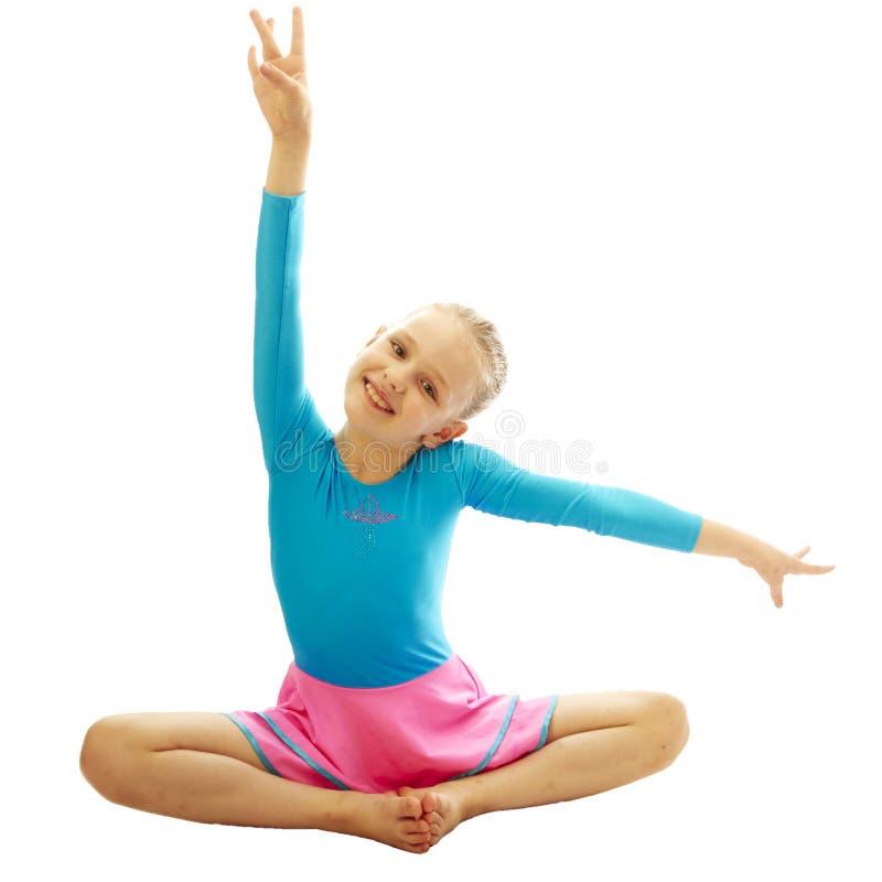 Jong meisje die gymnastiekoefeningen doen royalty-vrije stock afbeelding