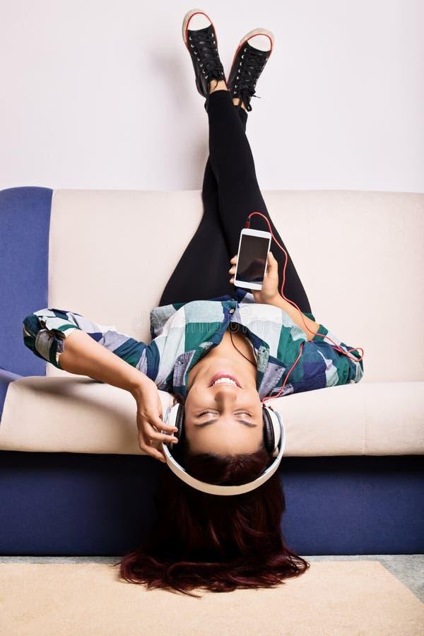 Jong meisje die haar favoriet lied luisteren royalty-vrije stock afbeelding