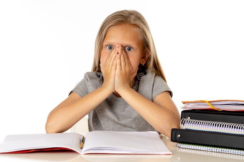 Jong meisje die haar haar in spanning en over gewerkt onderwijsconcept trekken stock foto
