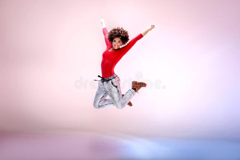 Jong meisje die, het springen dansen stock fotografie