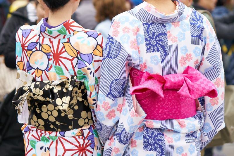 Jong meisje die Japanse kimono dragen die zich voor Sensoji-Tempel in Tokyo, Japan bevinden De kimono is een Japans traditioneel  royalty-vrije stock foto's
