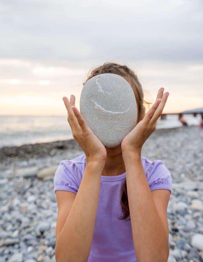 Jong meisje die mariene steen houden stock afbeeldingen
