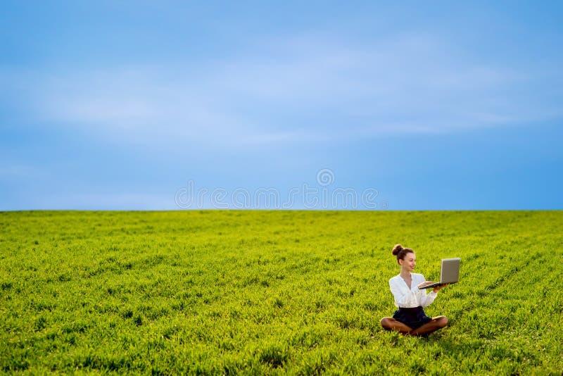 Jong meisje die met laptop, tablet en telefoon werken royalty-vrije stock foto