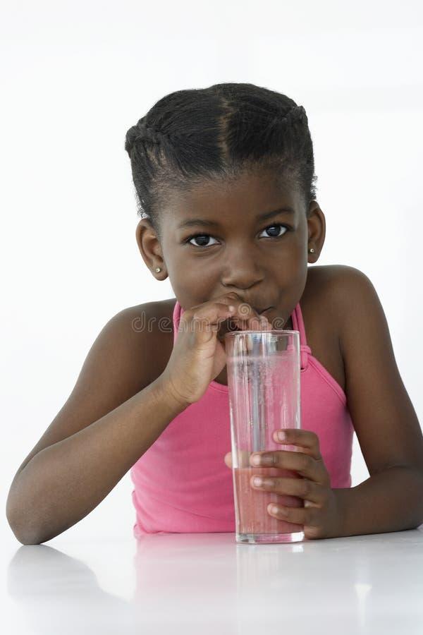 Jong Meisje die Mocktail drinken stock foto
