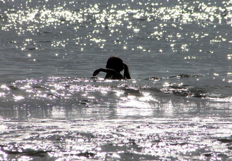 Jong Meisje die in Oceaan zwemmen royalty-vrije stock afbeelding