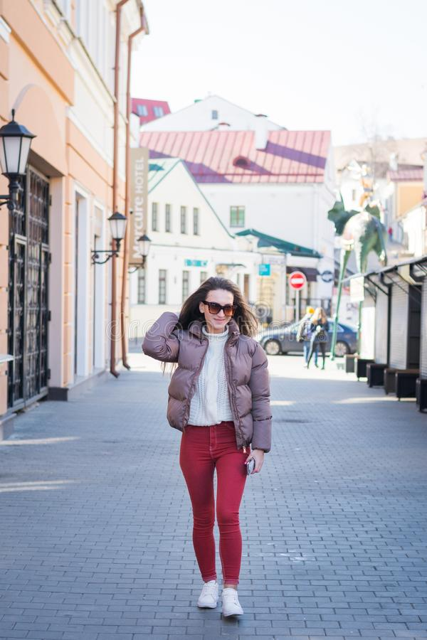 Jong meisje die onderaan de straat in Minsk lopen royalty-vrije stock afbeelding