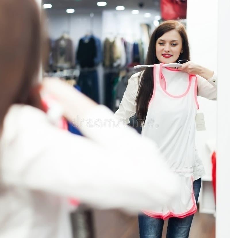 Download Jong Meisje Die Ondergoed Kiezen Stock Afbeelding - Afbeelding bestaande uit winkel, kleding: 39118725