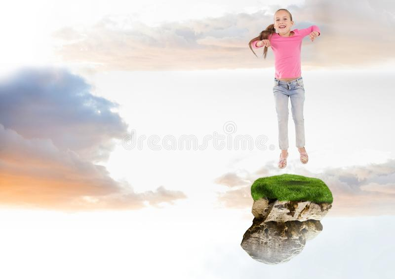 Jong Meisje die op drijvend rotsplatform springen in hemel stock foto