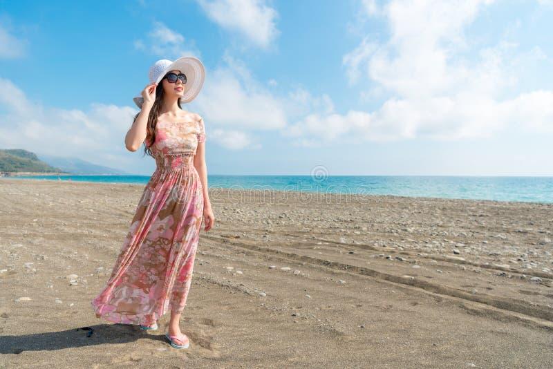 Jong meisje die op het strand gelukkig lopen royalty-vrije stock fotografie