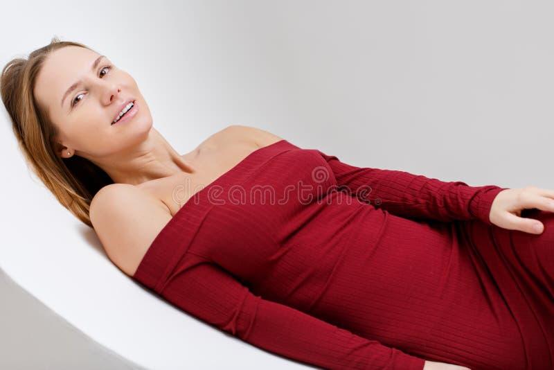 Jong meisje die op stoel liggen stock fotografie
