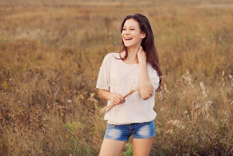 Jong meisje die in openlucht van aard genieten Schoonheids tienerbrunette stock foto's