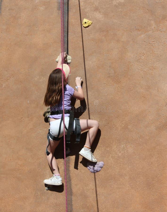 Jong meisje die openluchtmuur beklimmen royalty-vrije stock afbeelding