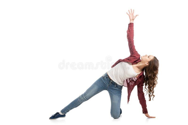 Jong meisje die over witte achtergrond dansen stock afbeeldingen