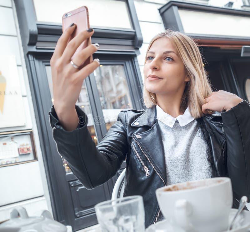 Jong in meisje die selfie foto nemen stock afbeelding