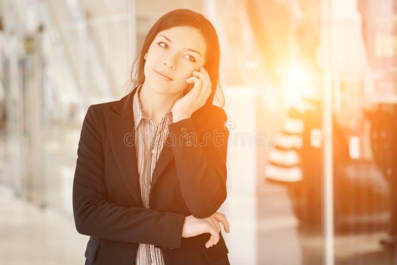Jong meisje die telefonisch spreken stock afbeelding
