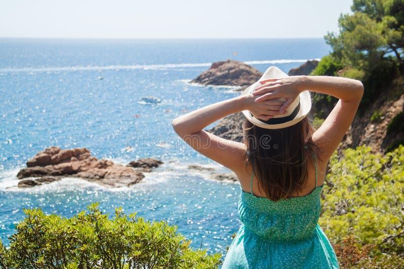 Jong meisje die van de mening van de Costa Brava-kust genieten stock afbeelding