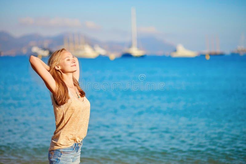 Download Jong Meisje Die Van Haar Vakantie Genieten Door Het Overzees Stock Foto - Afbeelding bestaande uit kust, openlucht: 54090984