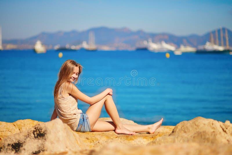 Download Jong Meisje Die Van Haar Vakantie Genieten Door Het Overzees Stock Afbeelding - Afbeelding bestaande uit meisje, nave: 54091045
