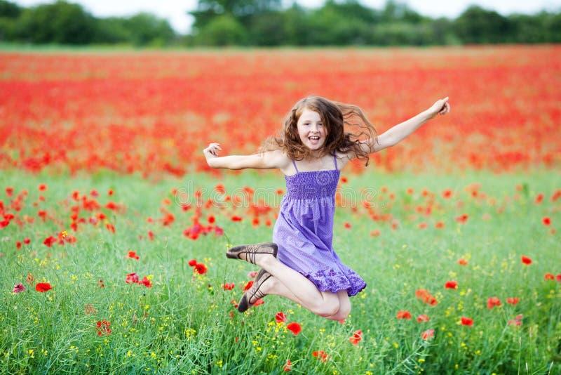 Jong meisje die voor vreugde springen royalty-vrije stock fotografie