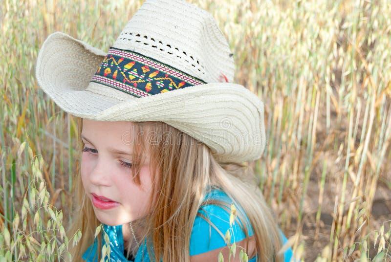 Jong meisje die westelijke stijlhoed dragen royalty-vrije stock foto's