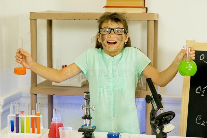 Jong meisje die wetenschapsexperimenten maken stock afbeeldingen