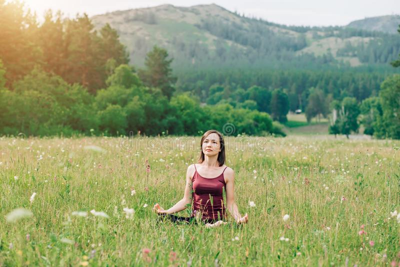 Jong meisje die yoga en meditatie doen royalty-vrije stock fotografie