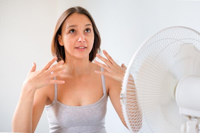 Jong meisje die zich proberen te verfrissen en tegen de zomernevel koelen stock foto