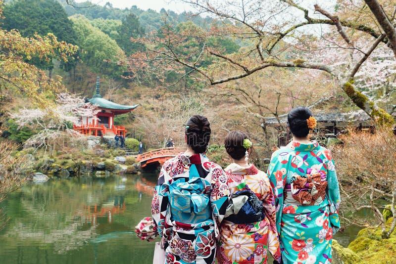 Jong meisje drie die de kimono die van Japan dragen zich voor Daigo bevinden royalty-vrije stock afbeeldingen