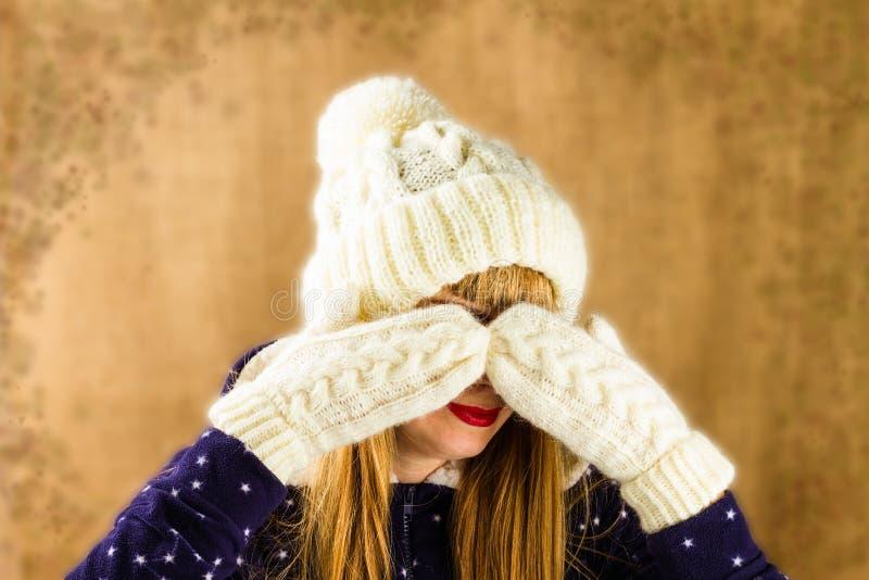 Jong meisje in een gebreid wit GLB en vuisthandschoenen stock foto's