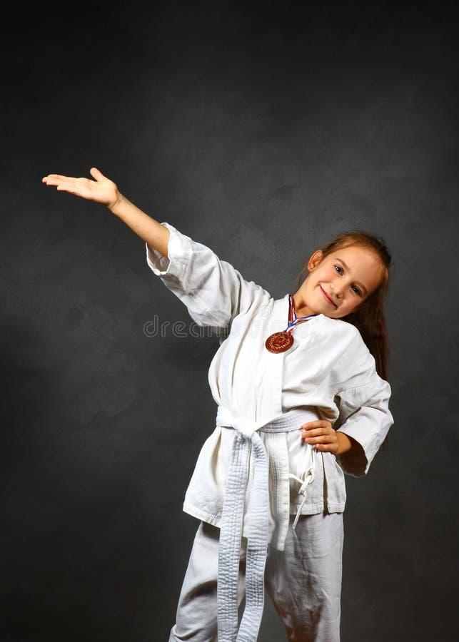 Jong meisje in een witte kimono royalty-vrije stock foto