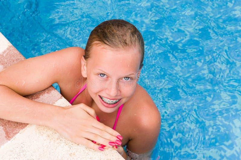 Jong meisje in een zwembad stock foto's