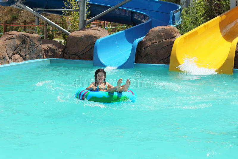 Jong meisje in een zwembad royalty-vrije stock afbeelding